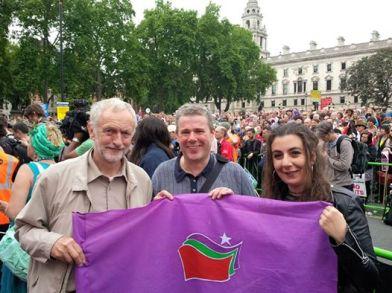 Ο Tζέρεμυ Κόρμπυν, ο Μαρκ Σερότκα (γενικός γραμματέας της Public and Commercial Services Union-PCS) και η Μαρίνα Πρεντουλή, ομιλητές και οι τρεις τους στη μεγαλειώδη συγκέντρωση κατά της λιτότητας στο Λονδίνο (περίπου 250.000 άτομα), 2.6.2015.