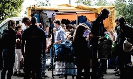 Το ξεκίνημα. Αλληλέγγυοι Aυστριακοί φορτώνουν τα αυτοκίνητά τους στη Βιέννη, για να ξεκινήσουν το ταξίδι προς την Ουγγαρία, 6.9.2015 (πηγή: www.vice.com/)