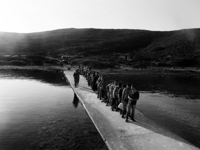 Χίος. Πρόσφυγες στη γραμμή για να μετρηθούν από τις ελληνικές αρχές. Φωτογραφία: Enri Canaj