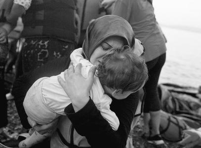 Μια Σύρια και το παιδί της φτάνουν στη Μυτιλήνη. Φωτογραφία: Πέτρος Γιαννακούρης / The Associated Press, The Canadian Press