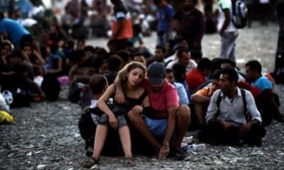 Ζευγάρι Σύρων προσφύγων στην ΠΓΔΜ. Φωτογραφία: Άρης Μεσσήνης/AFP