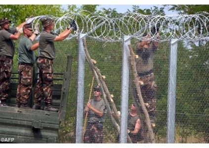 Ούγγροι στρατιώτες στην κατασκευή του 175 χλμ φράχτη στα σύνορα με την Σερβία. Πηγη AFP