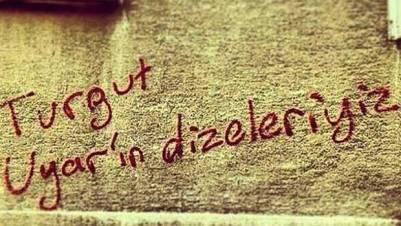 Το σύνθημα στον τοίχο γράφει «Είμαστε οι στίχοι του Τουργκούτ Ουγιάρ».