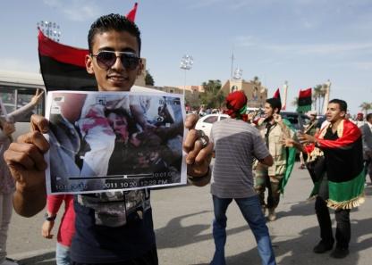Άνδρας κρατά φωτογραφία του νεκρού Καντάφι μετά την ανακοίνωση του θανάτου του. Τρίπολη, Λιβύη, 20 Οκτωβρίου 2011.