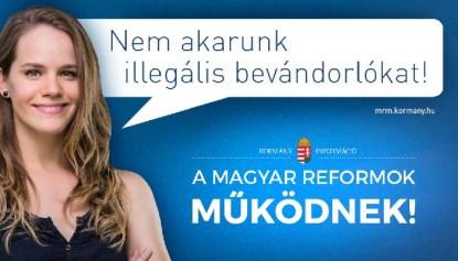 Πινακίδες σαν κι αυτή υπάρχουν παντού στη χώρα. Διαβάζουμε: «Οι ουγγρικές μεταρρυθμίσεις αποδίδουν». Και η κοπέλα λέει «Δεν θέλουμε παράνομους μετανάστες». Φωτογραφία: Κρις Χανν