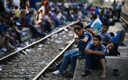 Πρόσφυγες στον σιδηροδρομικό σταθμό της Γευγελής, 28.7.3015. Φωτογραφία: Dimitar Dilkoff/AFP