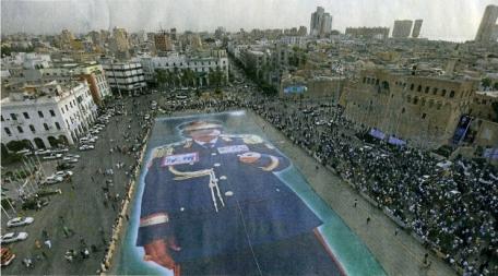 Γιγαντιαία εικόνα του Καντάφι απλώνεται από υποστηρικτές του στην Πράσινη Πλατεία της Τρίπολης, Ιούλιος 2011.