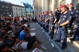 Καθιστική διαμαρτυρία πρόσφυγων καθώς η αστυνομία εμποδίζει την είσοδο τους στον κεντρικό σιδηροδρομικό σταθμό της Βουδαπέστης