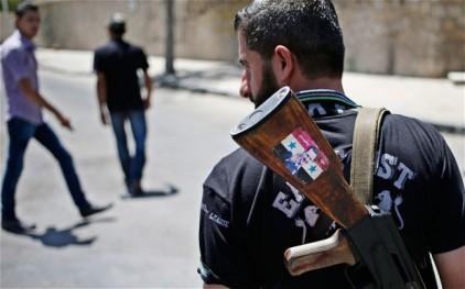 Στρατιώτης του Συριακού στρατού. Το αυτοκόλλητο στο όπλο γράφει