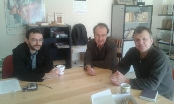 Ο Αποστόλης Φωτιάδης, ο Βασίλης Παπαστεργίου και ο Δημήτρης Χριστόπουλος συζητούν στο εντευκτήριο των «Ενθεμάτων», Τετάρτη 4.11.2015