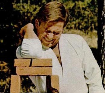 "O Kωνσταντίνος σπάει τούβλα. Φωτόγραφία από αφιέρωμα των Επίκαιρων  (28/10/66) με τίτλο ""Ο ΒΑΣΙΛΕΥΣ ΜΕ ΤΗΝ ΜΑΥΡΗ ΖΩΝΗ"""
