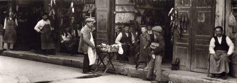 Σανδαλοποιεία στην οδό Αθηνάς, 1920. Φωτογραφία του Φρεντ Μπουασονά