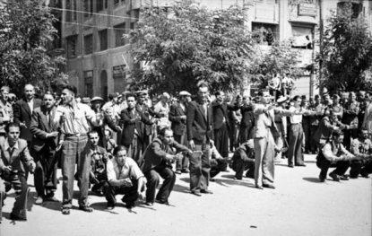 Πλατεία Αριστοτέλους, Θεσσαλονίκη, Ιούλιος 1942. Γερμανοί κάνουν καψώνια στους Εβραίους που έχουν συγκεντρώσει εκεί.(Πηγή: Bundesarchiv, Κόμπλεντς)