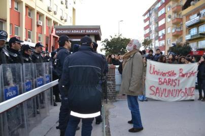Πανεπιστημιακοί και φοιτητές σε διαμαρτυρία, έξω από το Πανεπιστήμιο Kocaeli. Πηγή: ODA TV-ROAR