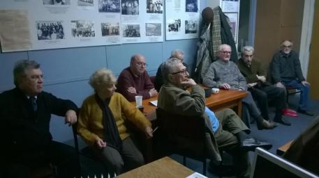 4-SYNODINOS Μια από τις τελευταίες φωτογραφίες του Στέφανου Στεφάνου, 10.12.2015. Συνάντηση μελών της ΕΜΙΑΝ και παλαιών στελεχών της Νεολαίας ΕΔΑ, στα γραφεία της ΕΜΙΑΝ, 10.12.2015, για τον προγραμματισμό εκδηλώσεων για τη Ν. ΕΔΑ το 2016, με αφορμή τα πενηντάχρονα από την ίδρυσή της (ήταν πάντα διακαής πόθος του Στέφανου η ανάδειξη της συμβολής της Ν. ΕΔΑ στο νεολαιίστικο αριστερό κίνημα). Από αριστερά: Γιάννης Καούνης, Αργυρώ Ρεκλείτη, Νίκος Κιάος, Τάσος Τρίκκας, Στέφανος Στεφάνου, Θόδωρος Μαλικιώσης και Γιάννης Καλεώδης (Καλιόρης).