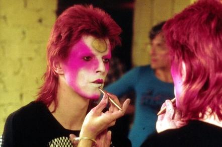 Ο Μπόουι την ώρα που μακιγιάρεται σαν Ziggy Srardust, 1973. Φωτο: Ρότζερ Μπάμπερ