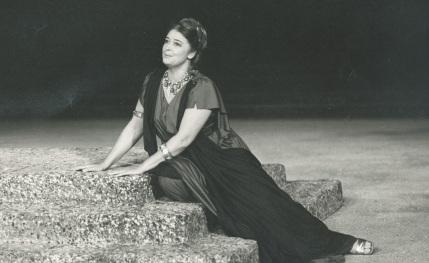 """Η Άννα Συνοδινού ως """"Ελένη"""" στην ομώνυμη τραγωδία του Ευριπίδη, σε παράσταση του Εθνικού στην Επίδαυρο"""