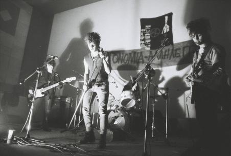 Το συγκρότημα Αδιέξοδο σε μια από τις πρώτες αυτοοργανωμένες συναυλίες των πανκ της Αθήνας, σε ένα σινεμά στα… Μέγαρα, 13.1.1985. Φωτογραφία: Γιώργος Τουρκοβασίλης.