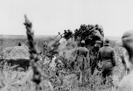 Γερμανική Einsatzkommando (στρατιωτική κινητή μονάδα θανάτου των SS) εκτελεί ομάδα Εβραίων γυναικών μπροστά σε ένα σκαμμένο μαζικό τάφο στο Ανατολικό Μέτωπο το 1941. Η εκτύπωση ανακαλύφθηκε στο προσωπικό άλμπουμ ενός αγνώστου ταυτότητας Γερμανού στρατιώτη.