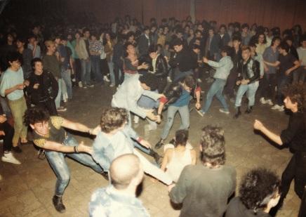 Σκηνή από μια συναυλία πανκ στη Φοιτητική Εστία της οδού Πατησίων (μέσα δεκαετίας του '80).