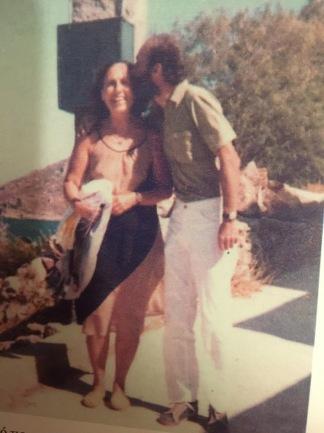 Η Καίτη Δρόσου με τον γιο της Άγγελο Καμπάνη, στην Πάτμο (πηγή: Κατερίνα Καμπάνη, «Ο παππούς μου, Άρης Αλεξάν- δρου», ύψιλον/βιβλία, 2006).