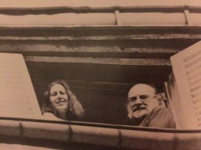 Η Καίτη Δρόσου με τον Άρη Αλεξάνδρου, Παρίσι, Δάσος Βενσέν, 1974 (πηγή: Γιάν- νης Ρίτσος, «Τροχιές σε διασταύρωση. Επι- στολικά δελτάρια της εξορίας και γράμματα στην Καίτη Δρόσου και τον Άρη Αλεξάν- δρου», Άγρα, 2008).