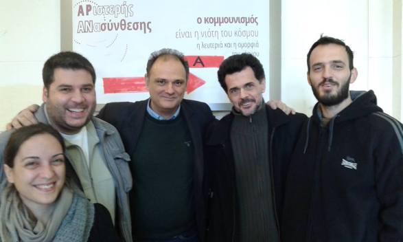 Το εκδοτικό του «Εκτός Γραμμής» μετά την έκδοση του «Για τον Μαρξ» του Αλτουσέρ (Δεκέμβριος 2015). Από αριστερά: Δέσποινα Παρασκευά-Βελουδογιάννη, Γιώργος Καλαμπόκας, Παναγιώτης Σωτήρης, Τάσος Μπέτζελος, Αντώνης Βαρσάμης.